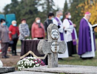 Megemlékezés a csákvári nővérsíroknál