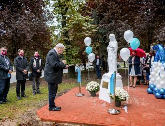 F.t. Kemenes Gábor atya megáldja a Béke Királynője szobrot