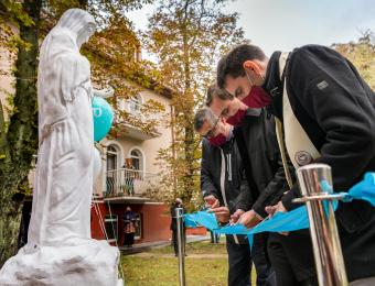 Dr. Vajda Norbert Főigazgató, Kinde Kálmán Gazdasági Főigazgató, Őrsi Gergely Polgármester átadja a szobrot