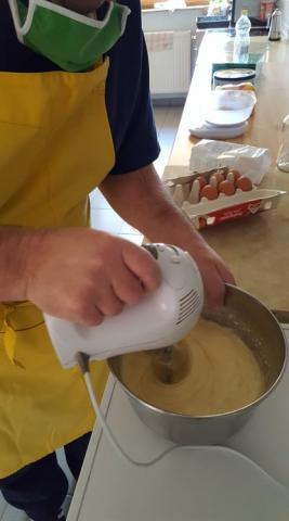 Készül a finom sütemény a tankonyhánkban