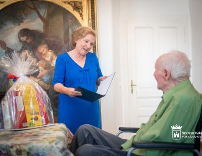 Képviselő asszony átadja az emléklapot