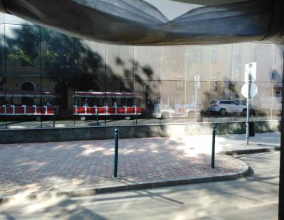 Tükörkép az Alba Plaza oldalában